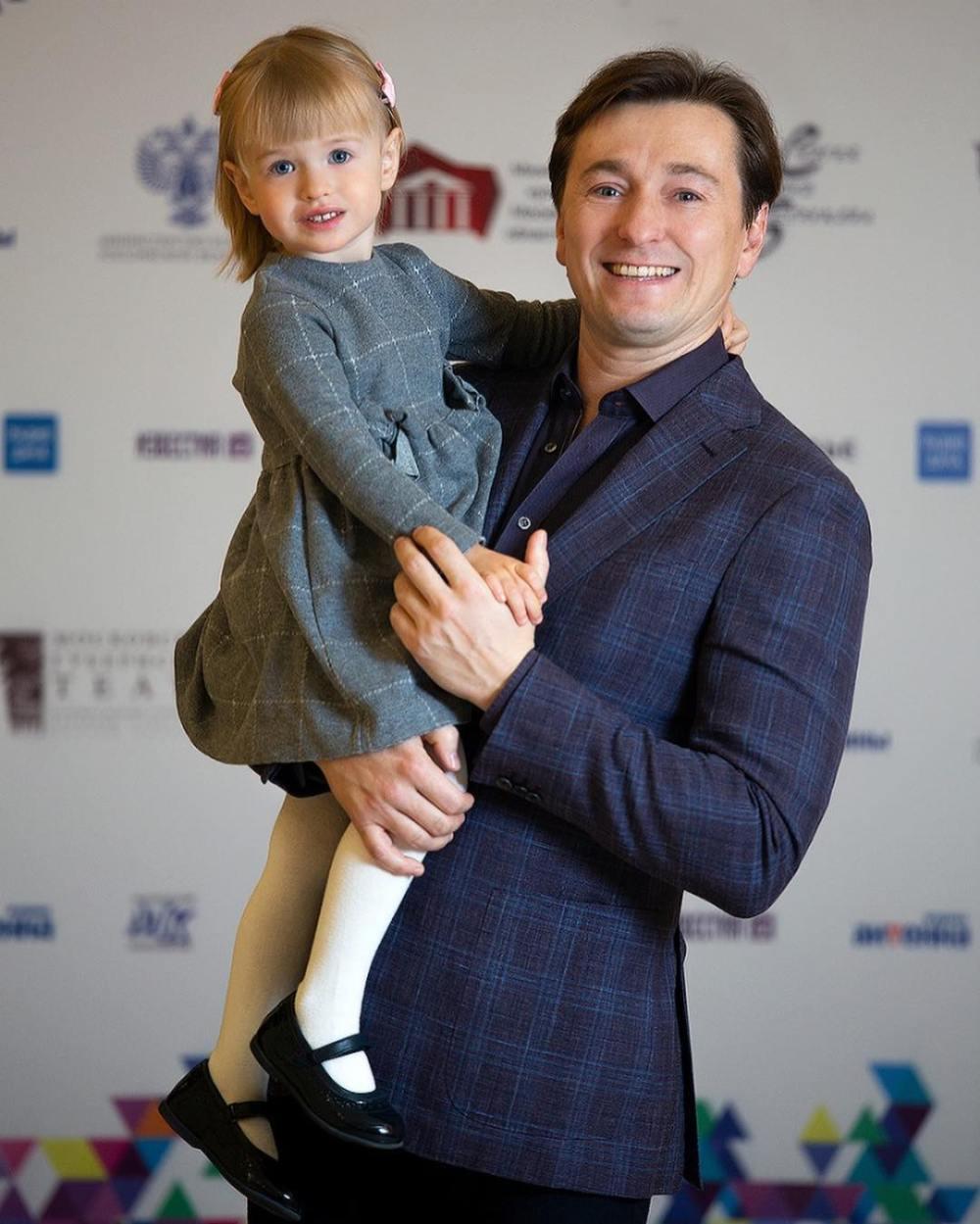 Сергей Безруков впервые показал лицо дочери, и она очень похожа на маму — фото