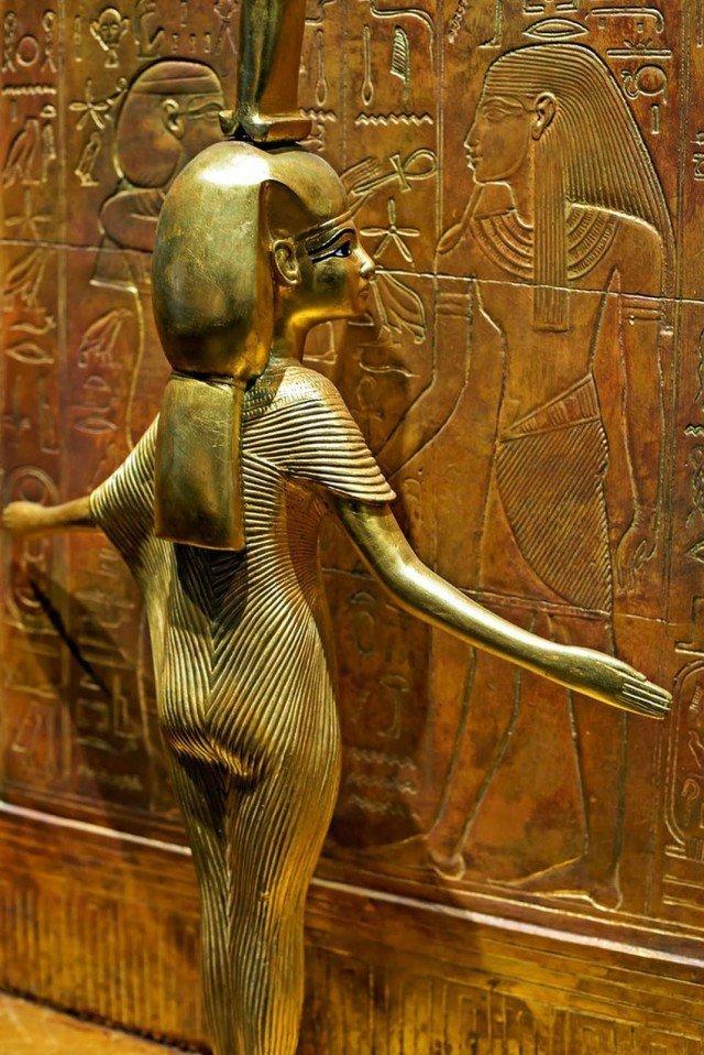 На самом деле статуэтку развернули – так она стоит на самом деле. Одна из четырех статуэток. древний египет, интересно, история