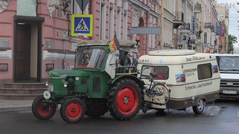 Пенсионер из Германии на тракторе приехал в Петербург знакомиться с русским народом