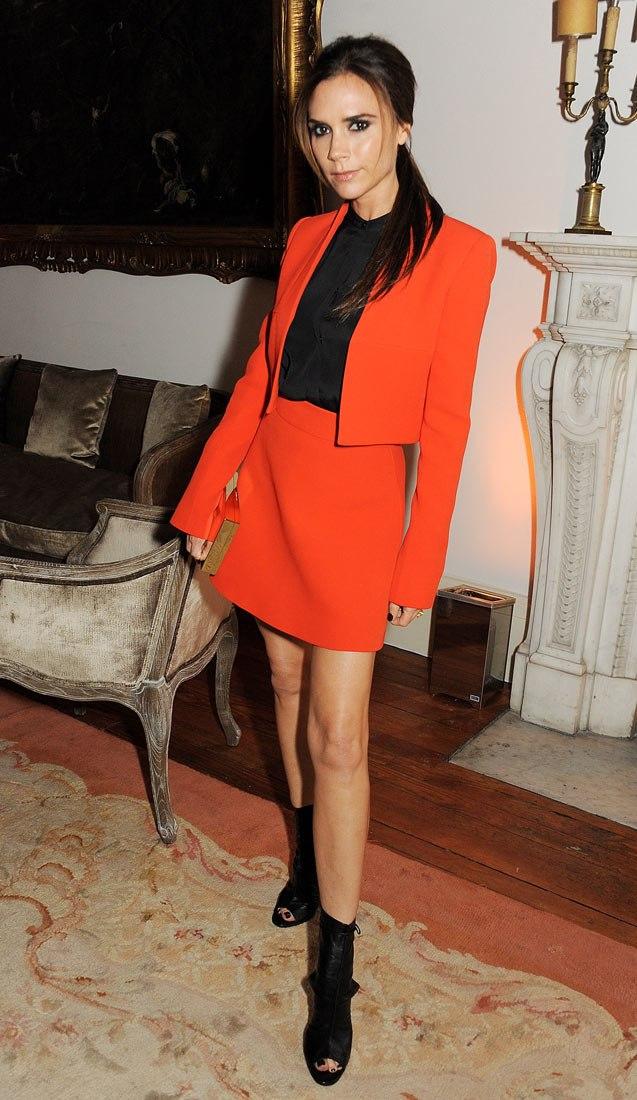 Стильные образы от Виктории Бекхэм с оранжевым цветом