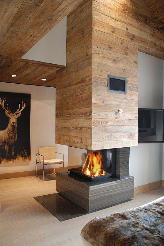 Дизайн камина выполнен в едином стилевом решении с гостиной