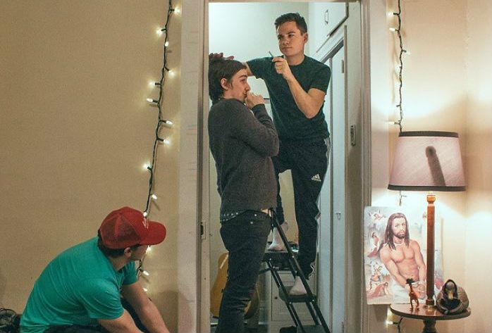 «В поисках дилдо»: компания парней прячет на фотографиях фаллоимитатор