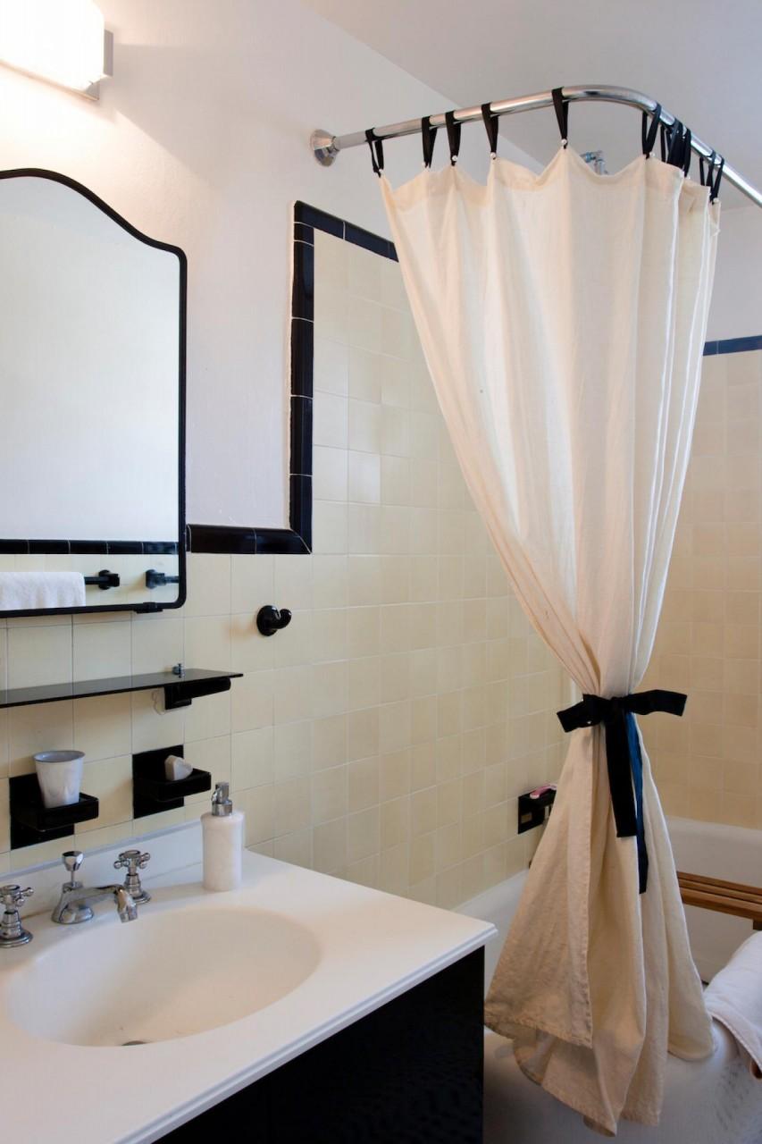 Угловой карниз для ванной. Интересные и надежные решения для крепления шторки