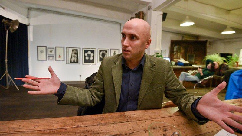 Британский журналист Грэм Филлипс исправил могилу Степана Бандеры