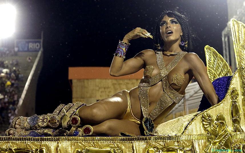 Танцоры бразильских школ самбы готовятся к всемирно известному фестивалю – Карнавалу в Рио-де-Жанейро.