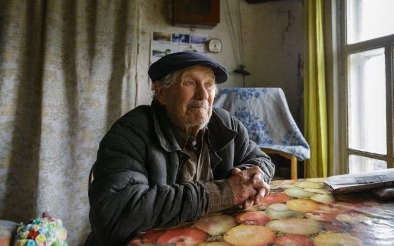 85-летний сельский учитель накопил на дом, но отдал деньги сиротам