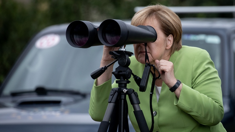 Меркель с биноклем  в поисках русского следа на Кавказе. Плохое зрение у старушки?
