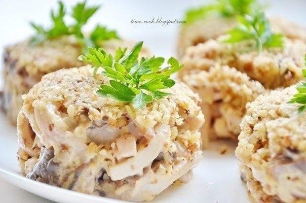 Салат с орехами и кальмаром