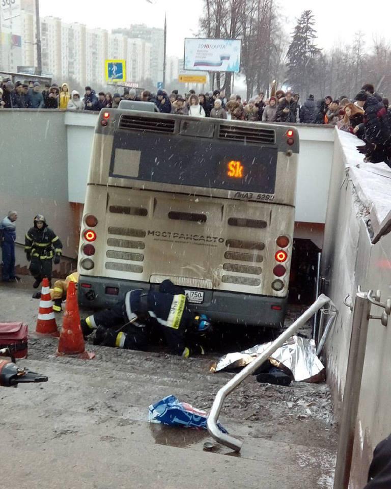 Автобус протаранил людей и упал в подземный переход в Москве