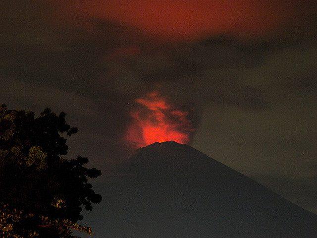 Почти 300 россиян застряли на Бали, где происходит извержение вулкана Агунг
