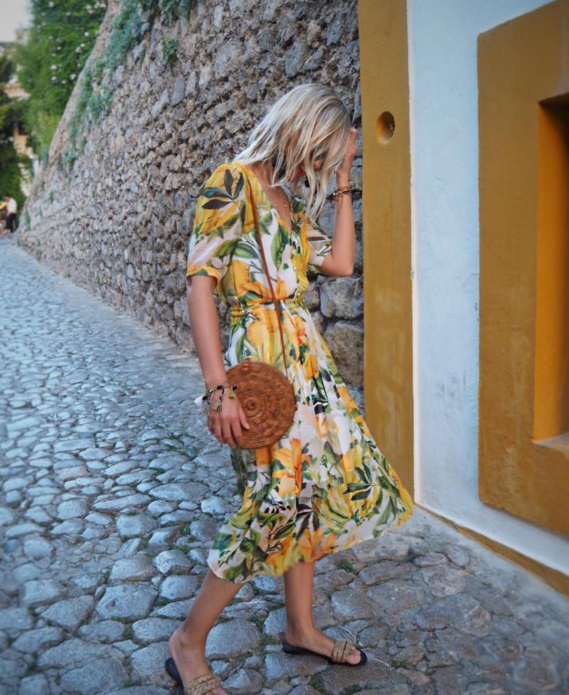 Как одеваются девушки летом: 100 образов из Instagram, которые легко повторить