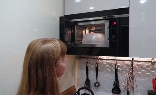 Кухонный гарнитур вместил не только кухонную утварь но и микроволновую печь Фото youtubecom