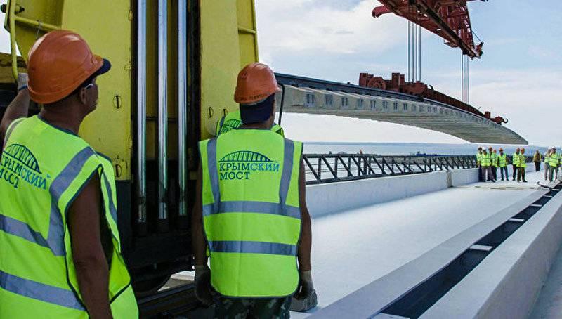 На Крымском мосту уложены первые километры железной дороги