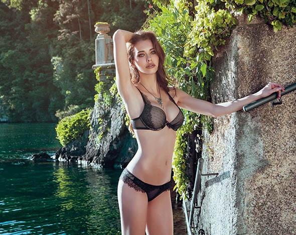 Модель из Словении разделась и показала, как женщины умеют ждать