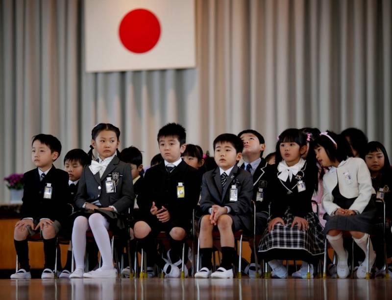 Японцев с детства научат считать спорные территории своими