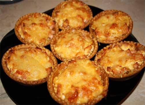 Горячие тарталетки с колбасой, сыром и помидорами