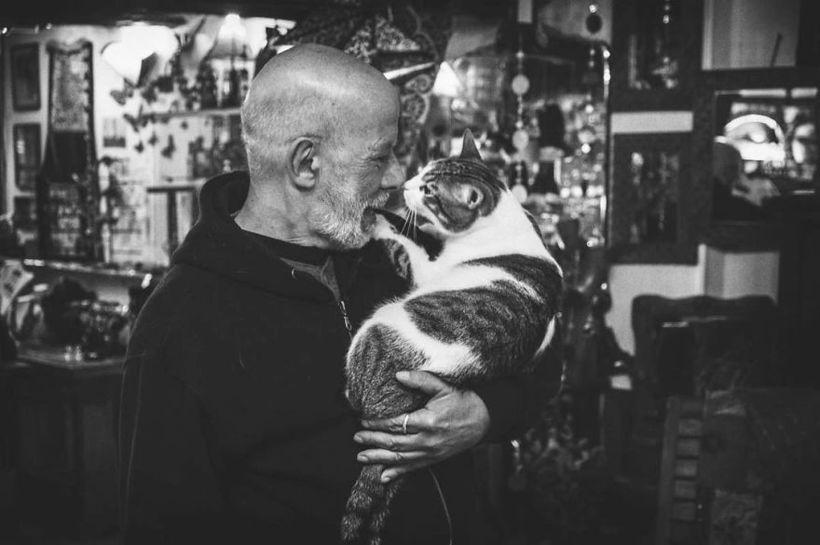 Невероятно эмоциональные снимки мужчин с их кошками