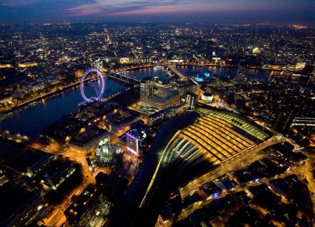 Лондон ночью (аэрофотосъемка). Фотограф Jason Hawkes.