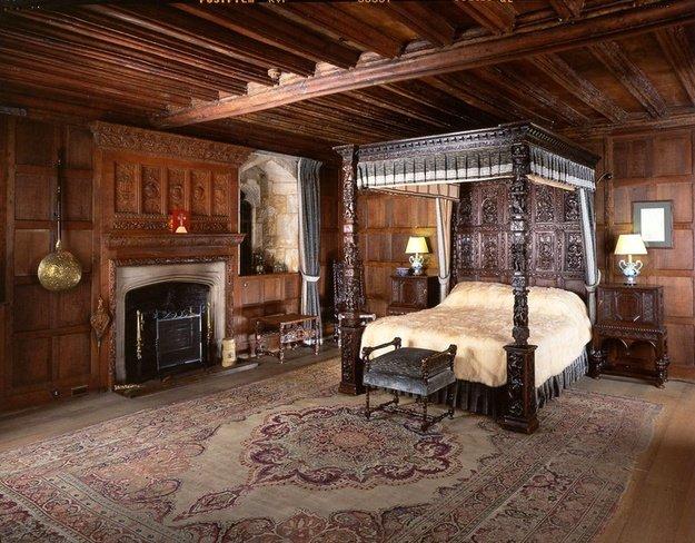 В спальню поставьте кровать с фигурными столбами, украшенными орнаментом в виде птиц и растений