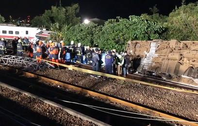 На Тайване при сходе поезда с рельсов погибли не менее 17 человек
