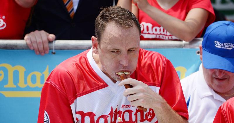 Американец напихал себе 74 сосиски за 10 минут: новый рекорд по поеданию хот-догов