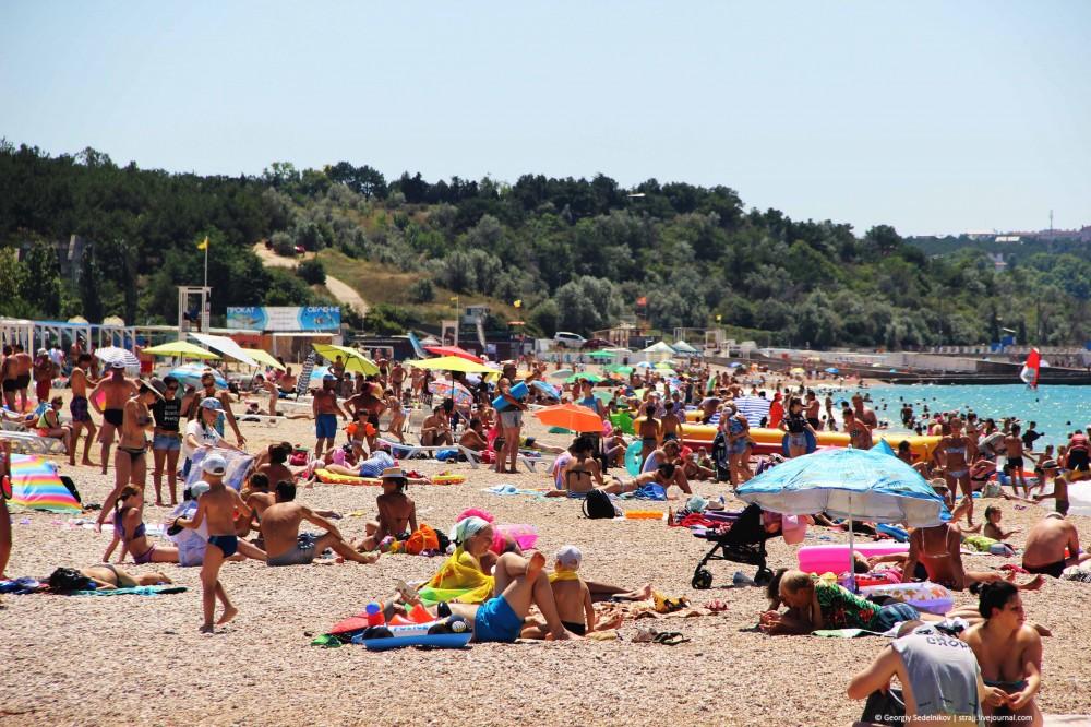 Всё нормально, туристы на пляже есть!