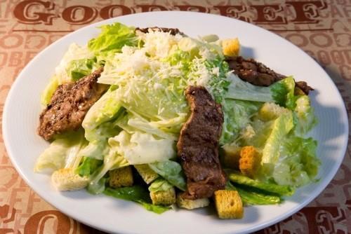 Салат «Цезарь» по-американски с маслинами и огурцами