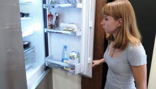 В прихожей поместили холодильник Фото cpykamiru