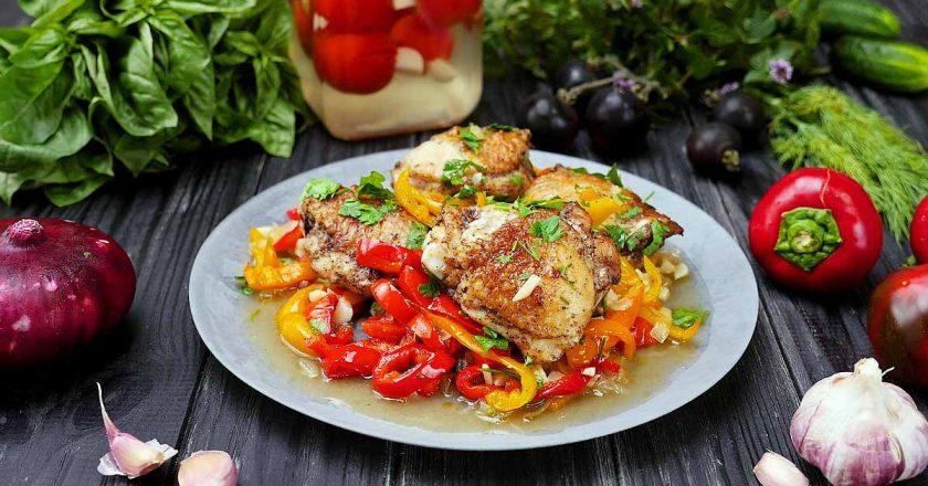 Куриные бедрышки в духовке: и гарнир из запеченных овощей