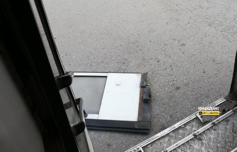 У пассажирского автобуса во время рейса отвалилась дверь