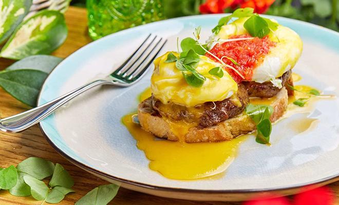 Рецепт для воскресного завтрака: яйцо-пашот с крабовой котлетой