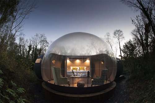 В этих домиках-пузырях можно…