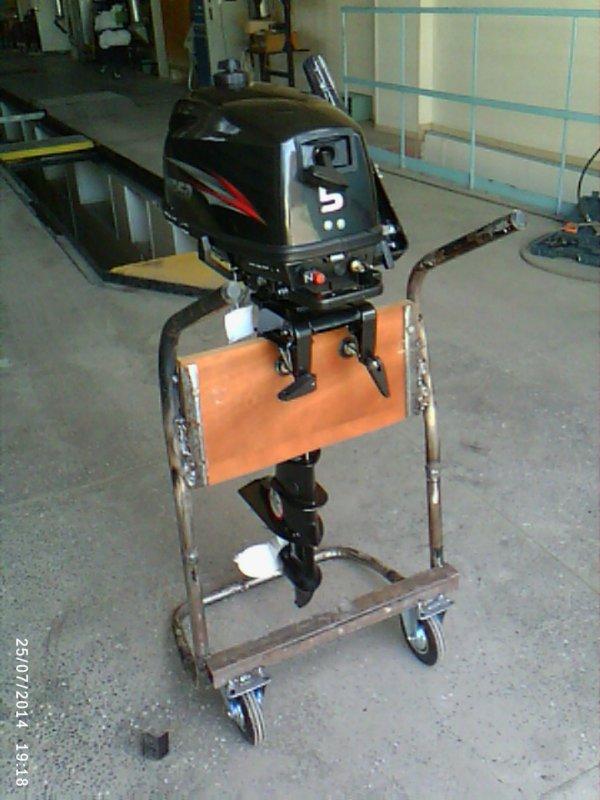 крепеж для лодочного мотора в гараже