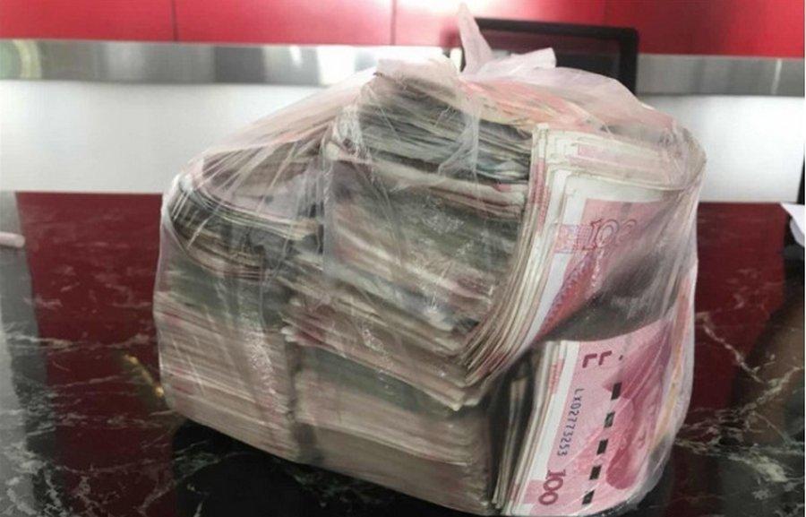 Уборщица вернула владельцу полный пакет денег