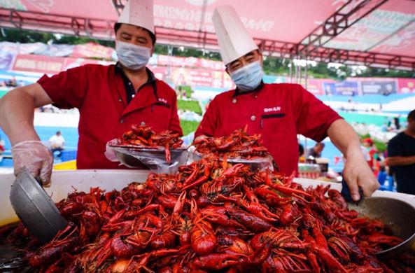Китайцы съели 35 тонн членистоногих на фестивале раков
