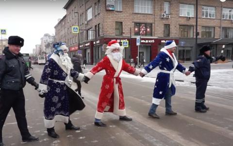 Папы под присмотром ГИБДД вышли на дороги в костюмах Деда Мороза