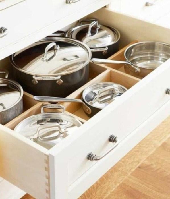 Благодаря разделителям в шкафчиках можно с лёгкостью разместить всё необходимое.