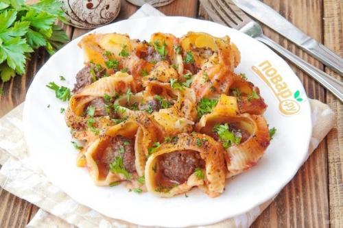 Макароны с мясом под соусом.
