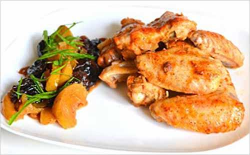 Куриные крылышки с сухофруктами в сладком соусе