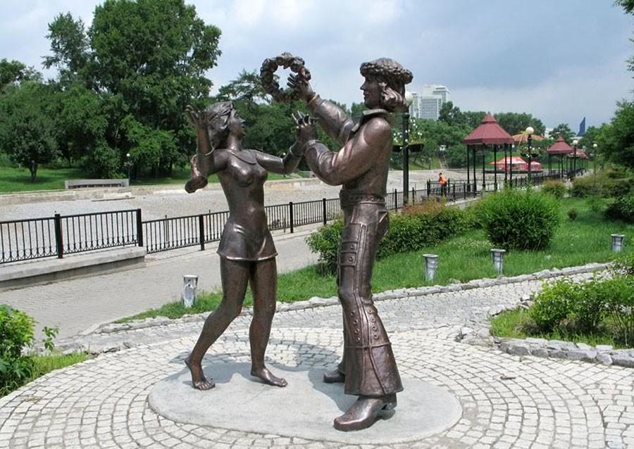 209 Памятник трубадуру и принцессе из  «Бременских музыкантов» (Хабаровск, Россия)