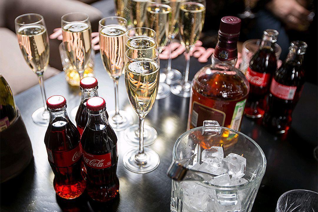 Любители коктейлей со сладкой газировкой вроде виски с колой удлиняют свое опьянение и ускоряют его. А заодно и завышают уровень сахара в крови. Фото: Мария ЛЕНЦ