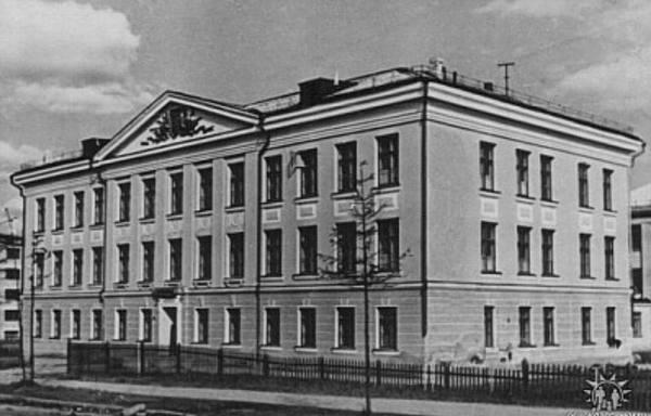 Ученики школы №7 в Магадане получили собственное здание 60 лет назад