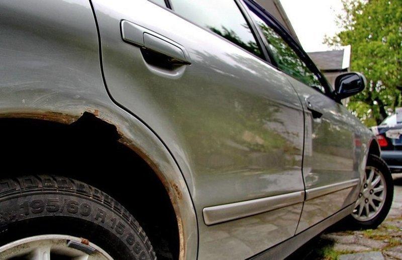 Как и чeм обрабoтать очаги коррозии на кузове aвто (1 фото)