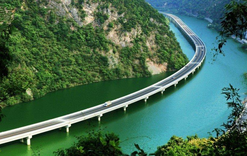 Мост вдоль реки в Китае