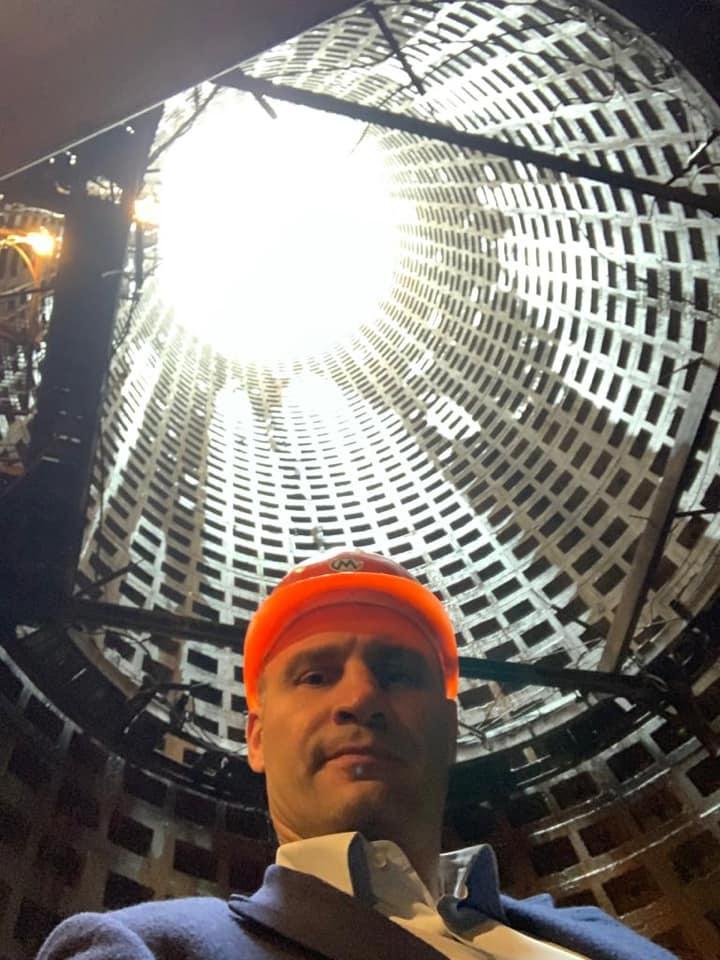 В деловом костюме и каске: Кличко спустился в шахту, чтобы сделать селфи, но подписчики не оценили