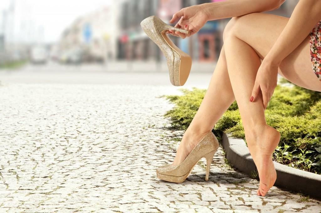 Высокий каблук может быть основной причиной опухших щиколоток
