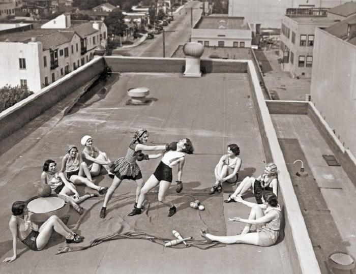 Девушки занимаются боксом на крыше дома в Лос-Анджелесе.