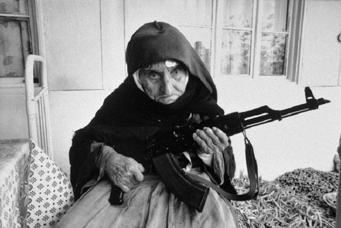 106-летняя армянка охраняет свой дом с автоматом AK-47.