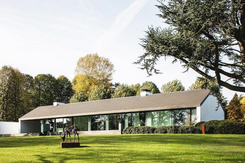 Современный дизайн дома с минималистским ландшафтным дизайном.