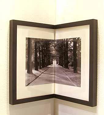 угловая рамка для фотографий позволит разместить фото в углу комнаты